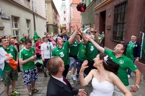 Irish fans help with wedding celebrations in Polish city of Poznan
